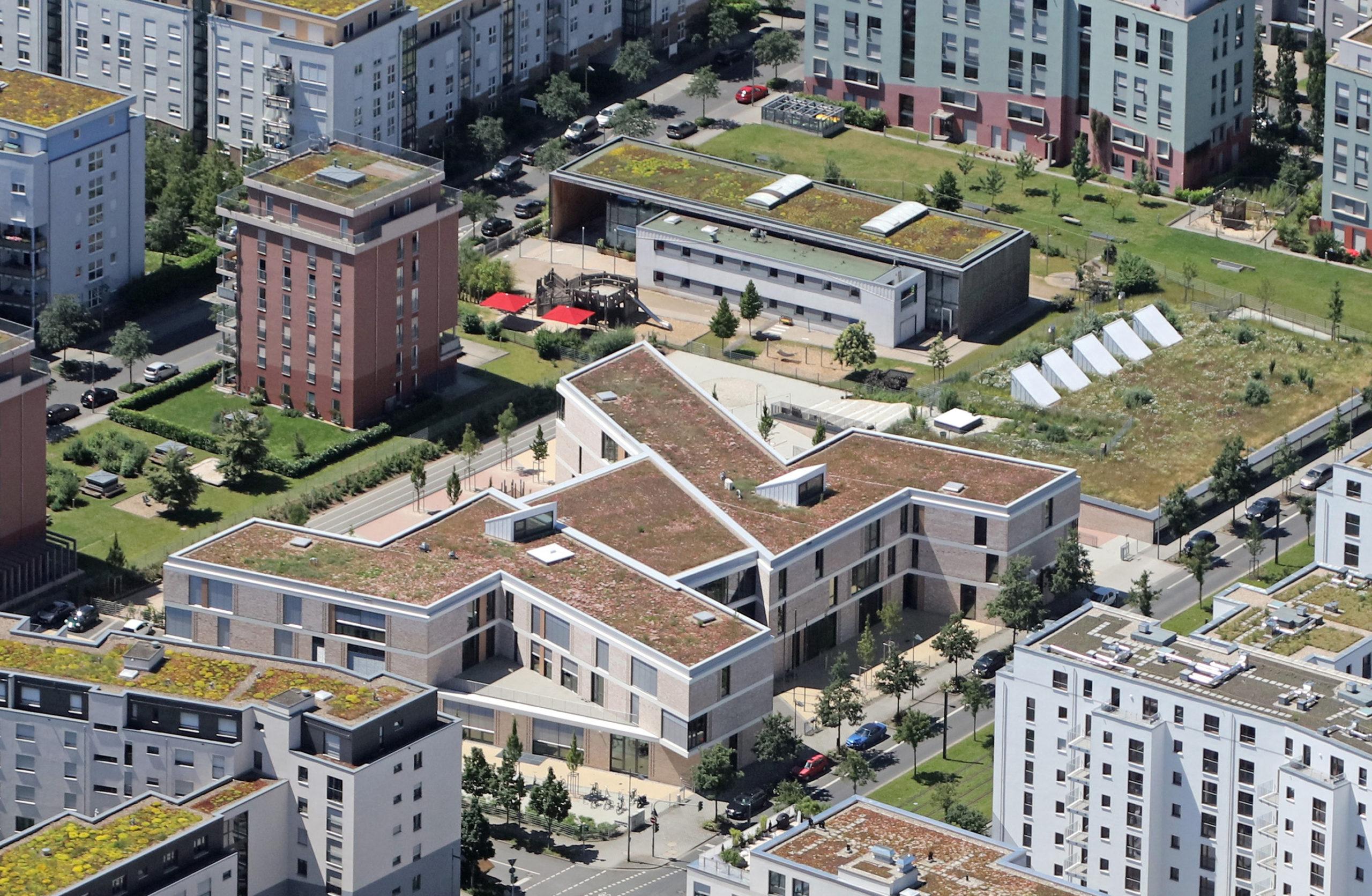 Viktoria-Luise-Schule (vorne) und Kita Rebstockpark